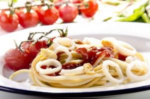 спагетти с кальмарами и острым соусом