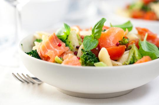 Салат с копченым лососем и помидором
