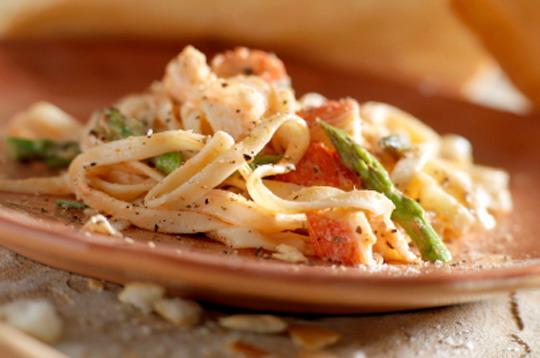 Паста Linguini с омарами и спаржей