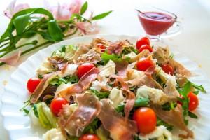 Салат с моцареллой и прошутто