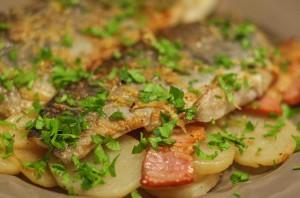 Сибас с беконом и картофелем