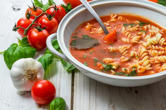 tomatnyiy sup pasta s chesnokom-i-bazilikom