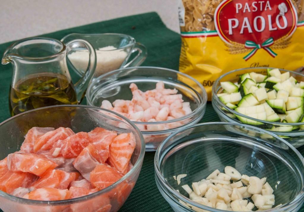 Паста у вершковому соусі з лососем, креветками та цукіні