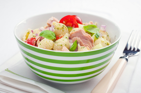 Паста-салат з овочами та тунцем під соусом Pesto